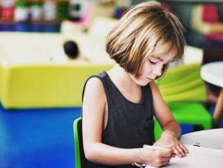 dziewczynka rysuje - integracja sensoryczna
