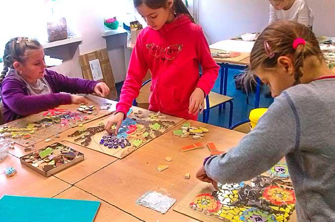 Dzieci malują na zajęciach plastycznych