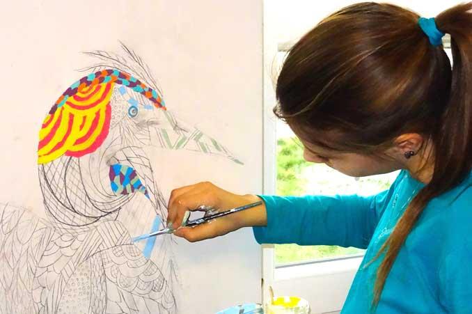 Dziecko maluje po ścianie - zajęcia plastyczne