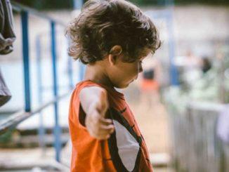 zadławienie mity - dziecko z podniesionymi rękami