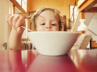 Dziecko je - zmuszanie do jedzenia