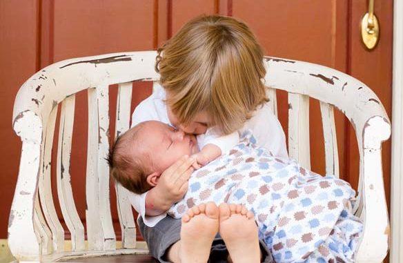 dzieci na krześle - pojawienie się rodzeństwa