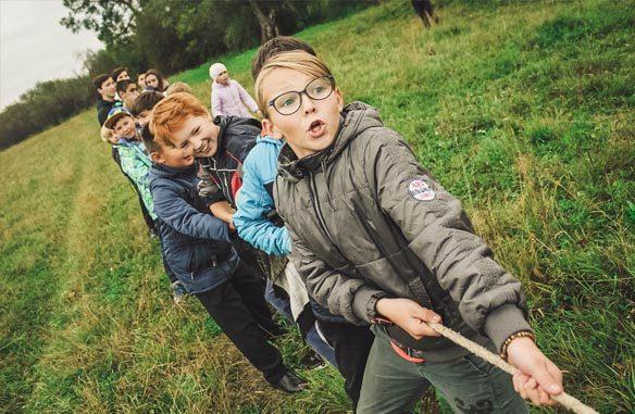 dzieci przeciągają linę - witaminy dla dziecka?