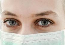 koronawirus karmienie kobieta w maseczce
