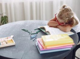 Dziecko z książką, nauka - pasek czy pasja