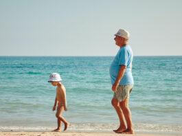dziecko i dziadek - Wyjazd z dziadkami za granicę