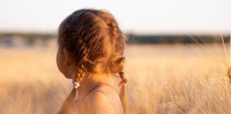 Dziewczynka w trawie- zasiłki na dziecko